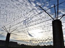 prikkeldraad bij gevangenis